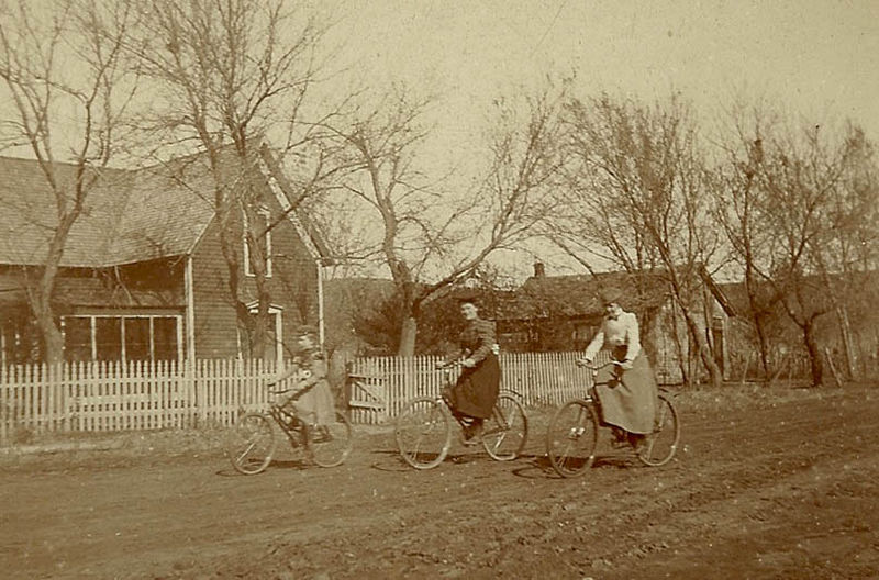 CCTravelHub - Women on bicycles, late 19th Century USA